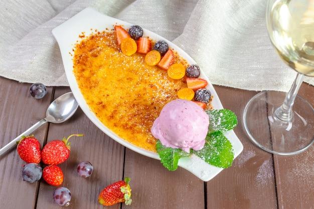Crème brûlée de dessert avec glace à la vanille