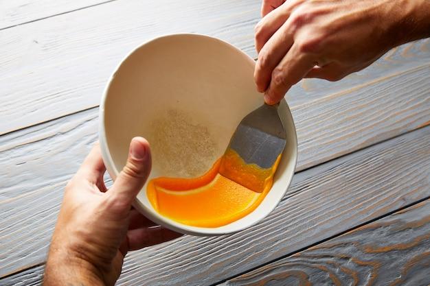 Crème carotte crème peinte sur un bol blanc