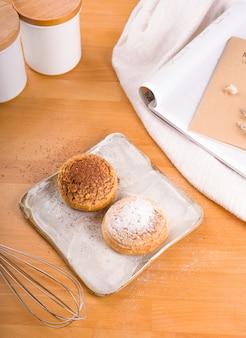 Crème de choux placée sur une assiette, fond en bois marron.