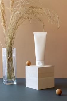 Crème cosmétique dans un tube. cosmétiques naturels. soin de la peau.