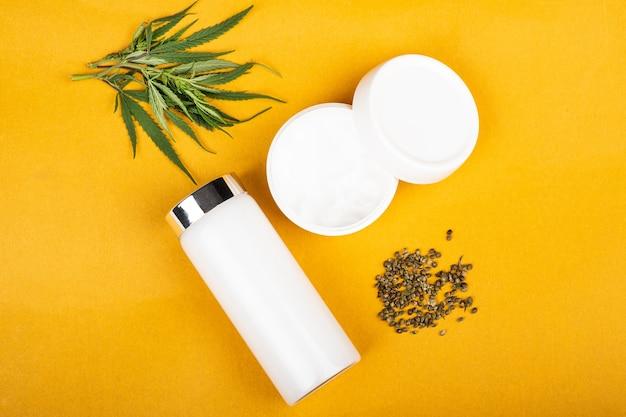 Crème cosmétique de marijuana sur les soins de la peau de beauté de fond jaune
