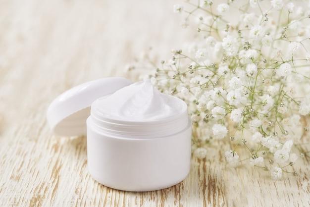 Crème cosmétique nettoyante pour la peau ou lotion spa vitaminée, un hydratant anti-rides à base de plantes biologique naturel.