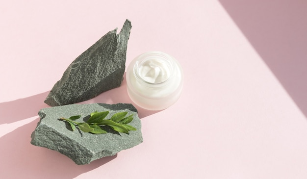 Crème cosmétique sur pierre naturelle. concept de beauté et spa. ombres dures.