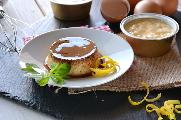 Crème de cuisson au caramel avec oeuf, lait, cannelle et citron