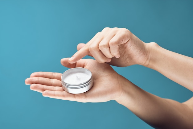 Crème dans les mains soins de la peau santé dermatologie agrandi