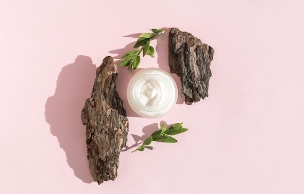 Crème sur une écorce d'arbre. ombres dures. vue de dessus, mise à plat.