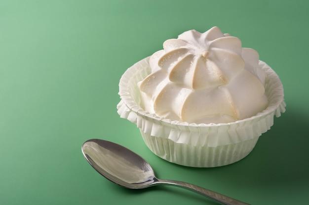 Crème fouettée meringuée sur fond vert
