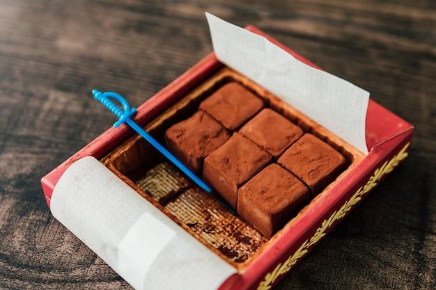 Crème fraîche et chocolat, coupés en petits cubes
