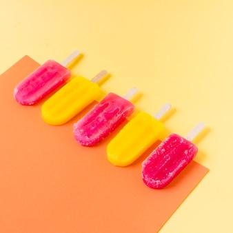 Crème glacée à angle élevé sur des bâtons avec saveur
