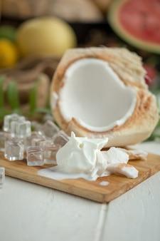 Crème glacée au lait de coco et jeune noix de coco