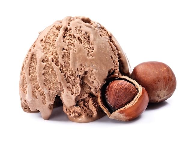Crème glacée aux noix sur blanc