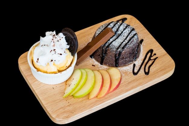 Crème glacée. brownies au chocolat homade avec glace à la vanille dans une assiette en bois sur arr.plans noir