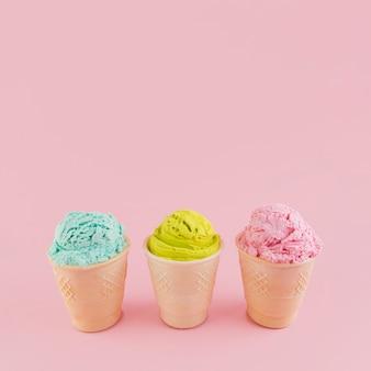 Crème glacée colorée dans des tasses à gaufres