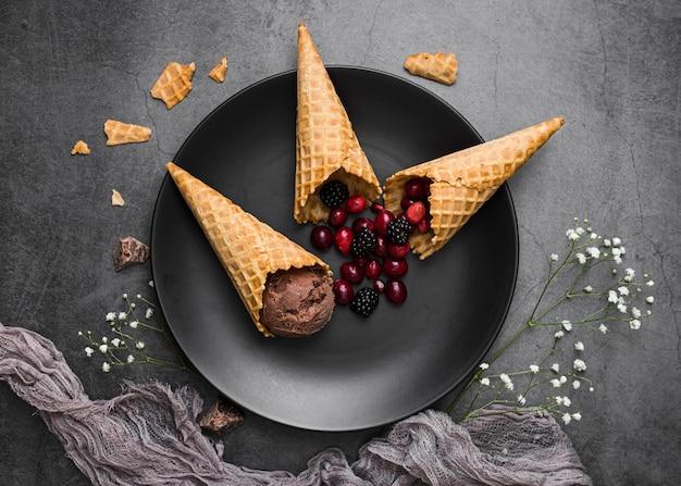 Crème glacée, sur, cônes, servi, sur, plaque