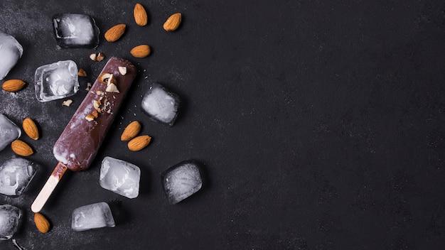 Crème glacée copie-espace sur bâton