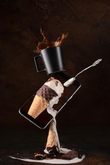 Crème glacée sur cornet de crème glacée blanche et brune