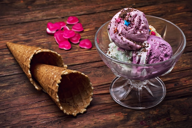 Crème glacée dans un bol et deux tasse à gaufres