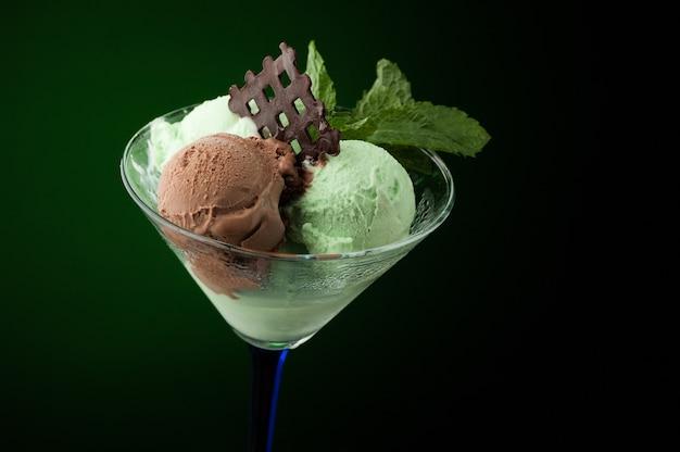 Crème glacée dans un vase sur fond sombre
