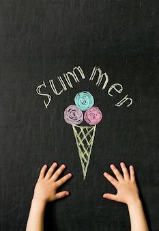 Crème glacée dessinée avec des crayons sur le tableau noir