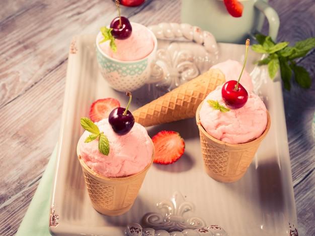 Crème glacée à la fraise faite maison servie dans des cornets