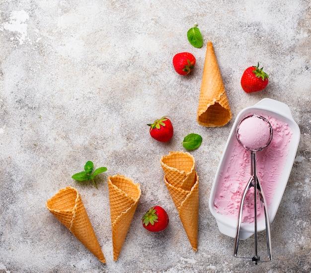 Crème glacée à la fraise sucrée faite maison