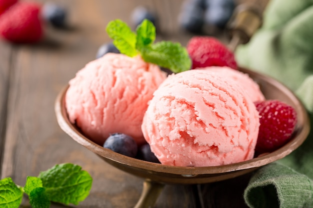 Crème glacée à la framboise dans un bol en cuivre.