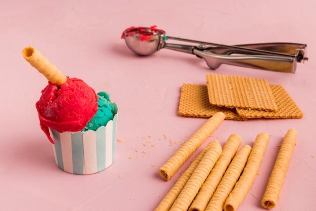 Crème glacée, gaufres et cuillère à servir