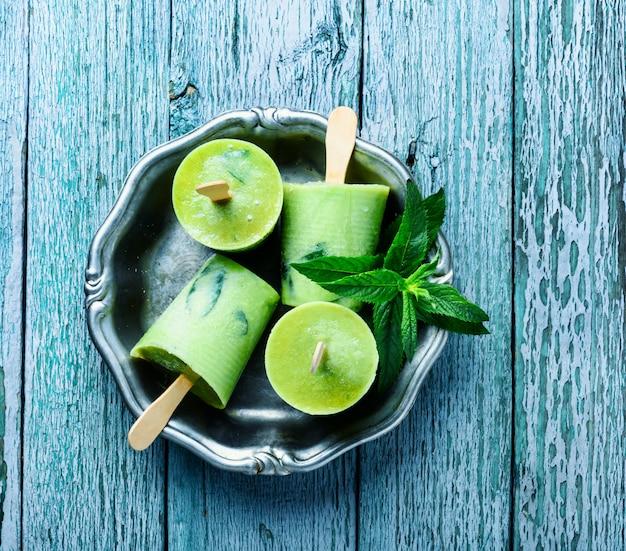 Crème glacée à la menthe. nourriture d'été