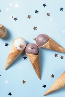 Crème glacée non comestible de boules de noël dans des cônes de gaufres