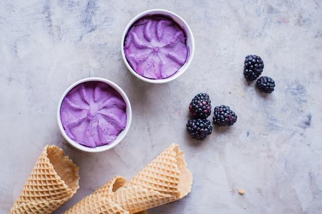 Crème glacée pourpre délicieux mûre mûre sur fond de table en pierre grise.