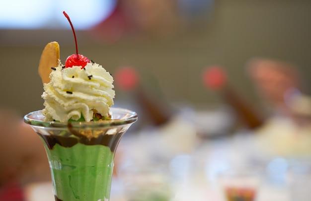 Crème glacée sundae dans une grande tasse en verre avec de la crème fouettée cône gaufrette et sherry