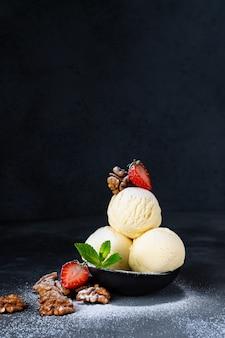 Crème glacée trois boules aux fraises et aux noix