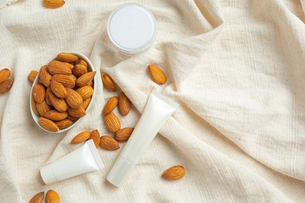 Crème hydratante pour le corps aux amandes sur fond blanc