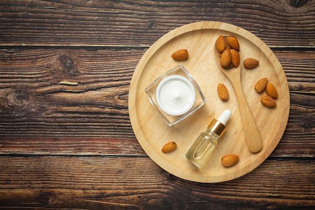 Crème hydratante pour le corps aux amandes sur fond de bois foncé