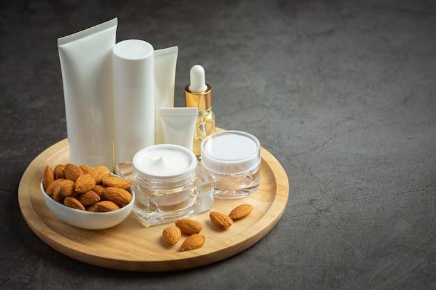 Crème hydratante pour le corps aux amandes sur fond sombre