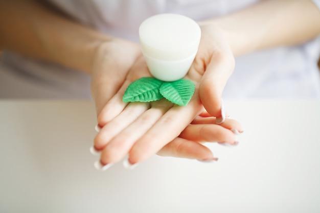 Crème mains femme. beauté femme mains hydratante avec crème hydratante