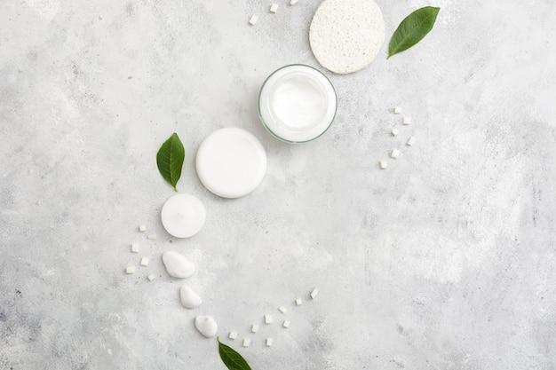 Crème naturelle avec des tampons en coton