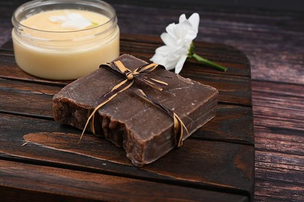 Crème pour les soins de la peau et une barre de savon