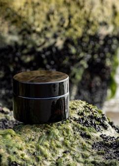 Crème pour le visage sur arrangement de roches