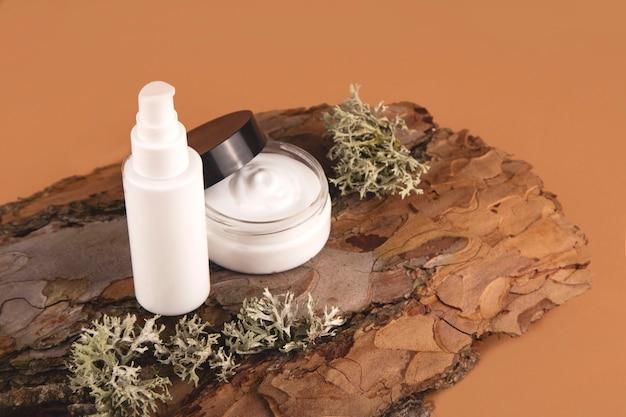 Crème pour le visage sur l'écorce d'un arbre. concept de soins naturels.