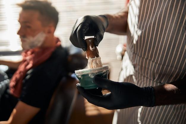 Crème à raser moussante pour homme avec brosse