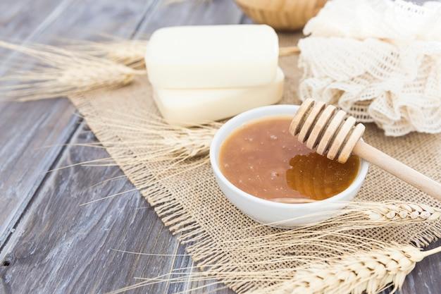 Crème et savon à angle élevé de concept de bain