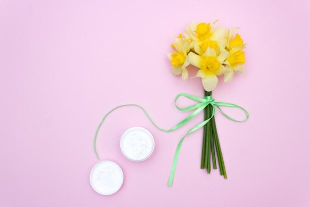 Crème de soin pour la peau des fleurs. fond