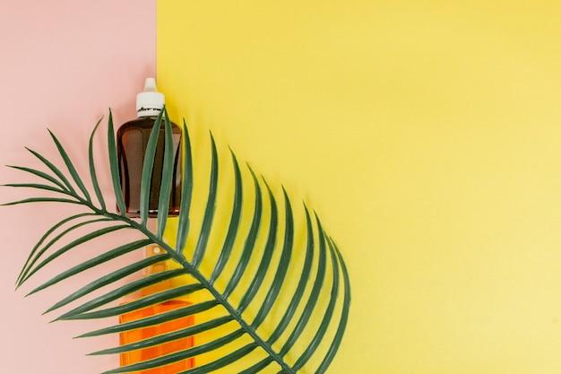 Crème solaire bouteille sur espace carré jaune et rose lumineux