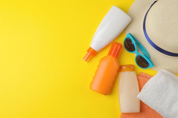 Crème solaire. divers écrans solaires et accessoires d'été. l'été. vacances. vue de dessus