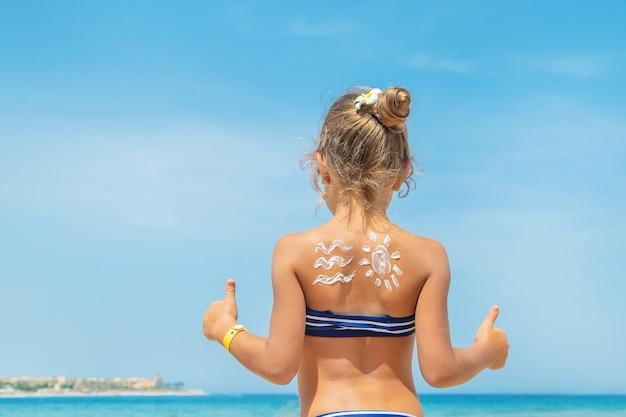 Crème solaire sur la peau d'un enfant