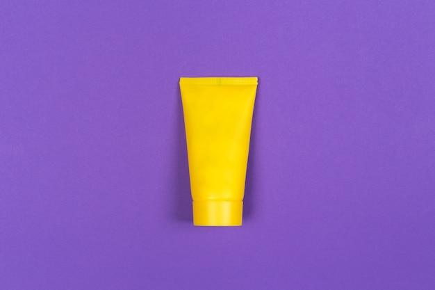 Crème solaire sur violet