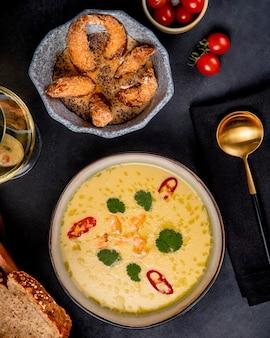 Crème de soupe de fruits de mer aux crevettes verts