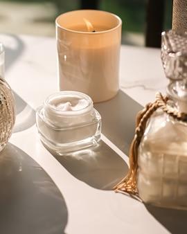 Crème visage hydratante comme soin de la peau et du corps produit de luxe spa à domicile et cosmétique de beauté bio...