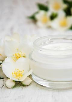 Crèmes hydratantes pour le visage et le corps avec des fleurs de jasmin